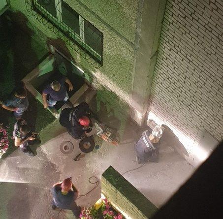 """""""Летела 9 этажей, цепляясь"""". Юная тюменка упала с крыши в щель между зданиями, ее вызволяли спасатели"""
