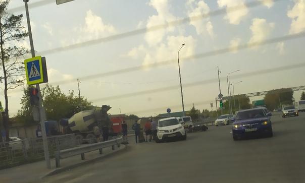 На выезде из Тюмени мотоцикл Harley-Davidson врезался в RAV4. Байкер погиб