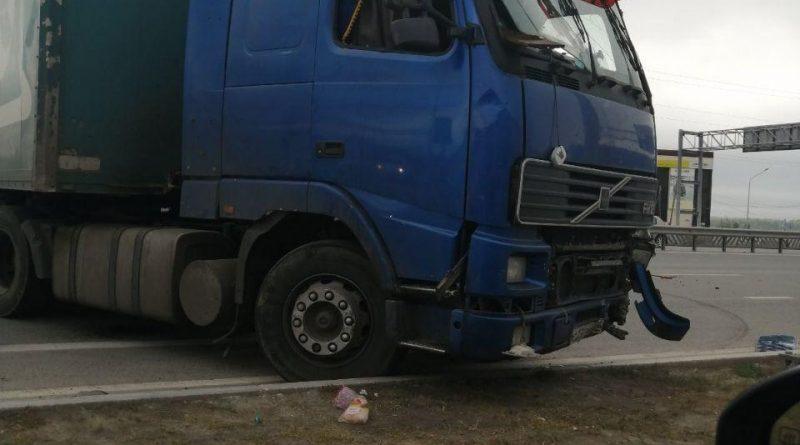 Крупная авария на тюменской объездной: фуру унесло в отбойник, пассажир вылетел через лобовое, он погиб