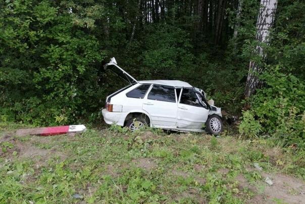 ВАЗ слетел с трассы под Ярково и врезался в дерево, водитель из Башкирии погиб