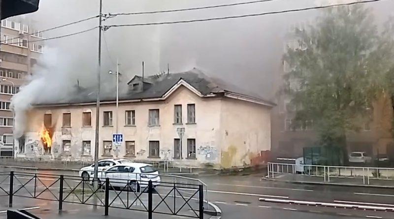 На Комсомольской горит заброшенное здание почтамта