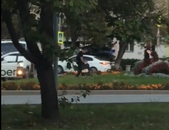 """В центре Тюмени подрались таксист и водитель """"Газели"""". ВИДЕО очевидца"""
