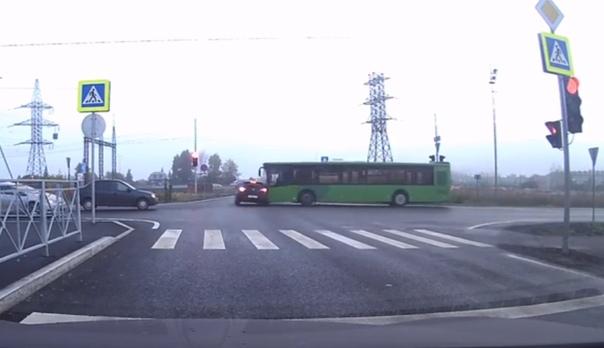 "На перекрестке в ""Преображенском"" автобус протаранил легковушку. ВИДЕО момента ДТП"
