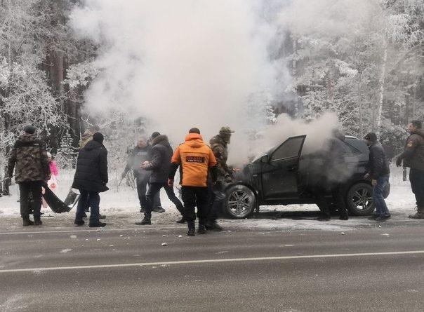 На трассе под Заводоуковском тюменцы дружно тушили загоревшийся кроссовер. ВИДЕ