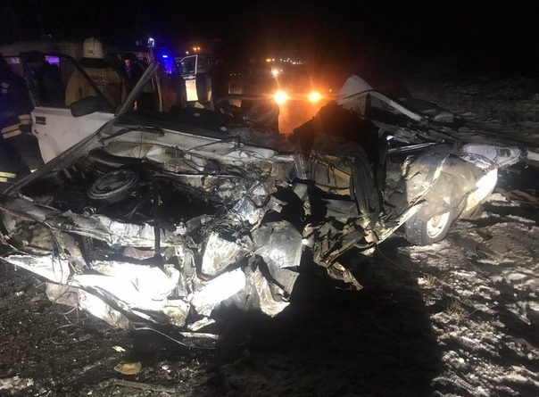 """На трассе Тюмень - Омск компания молодых людей на """"семерке"""" врезалась в фуру, погибли двое"""