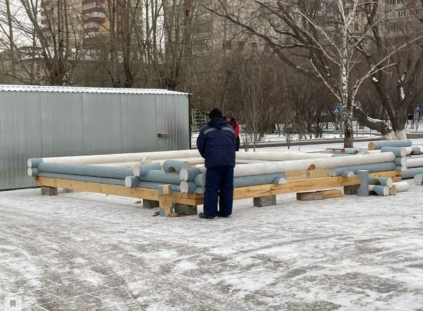 Напротив тюменского Драмтеатра строят резиденцию Деда Мороза с двухметровым оргстеклом