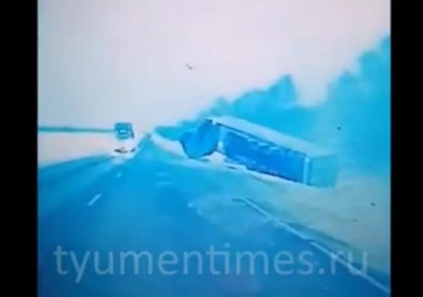 """""""Инфинити"""" завалила фуру. Опубликовано ВИДЕО аварии на трассе Тюмень - Омск"""