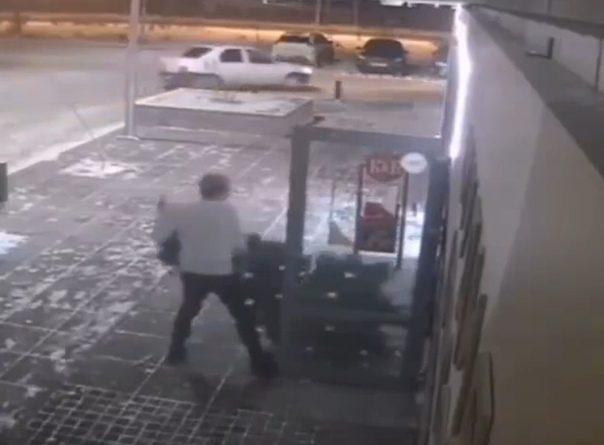 Тюменец взломал дверь салона красоты и выкрал искусственную елку. ВИДЕО