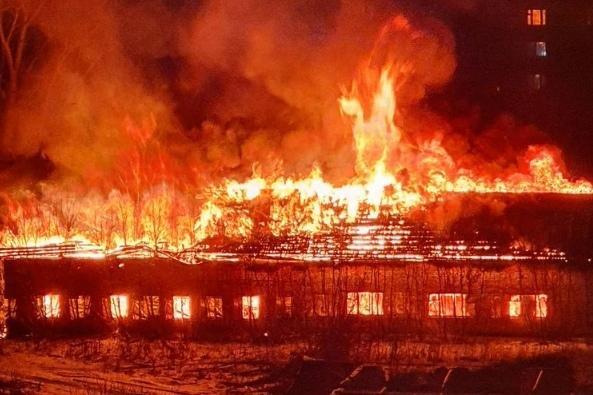 Вечером в Тюмени полыхало заброшенное здание воинской части