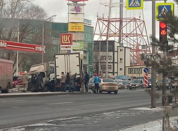 Два грузовика столкнулись напротив тюменского автовокзала