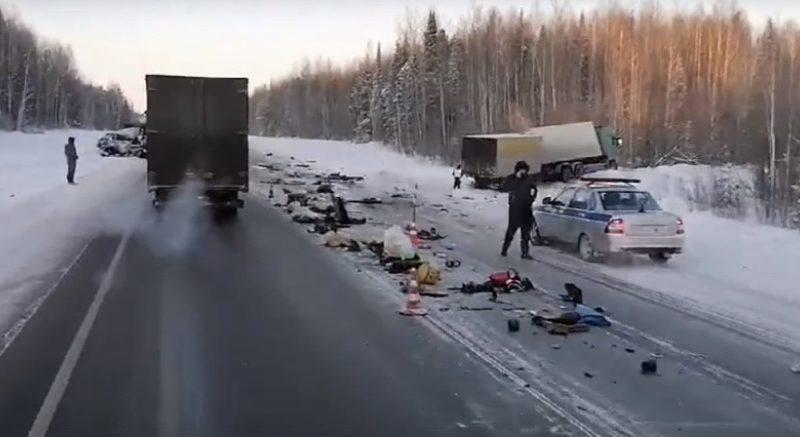 Две смертельных аварии на трассе Тюмень - Ханты-Мансийск: легковушки на встречке таранили грузовики