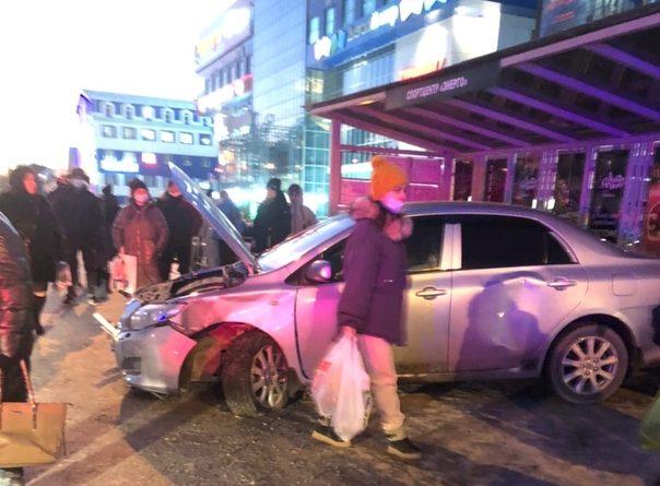 """У """"Колумба"""" легковушка влетела в автобусную остановку, есть пострадавшие"""