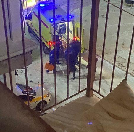 Ночью с балкона дома на Пермякова выпала девушка