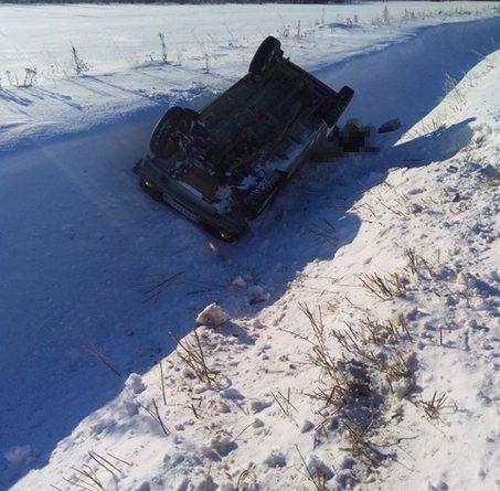 """ДТП под Вагаем: В опрокинутой в кювет """"Ниве"""" нашли погибшего водителя"""
