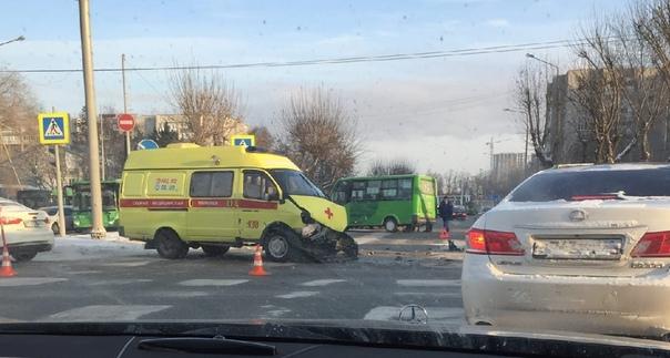 """В центре Тюмени """"скорая"""" врезалась в маршрутку: медики везли беременную женщину в больницу"""