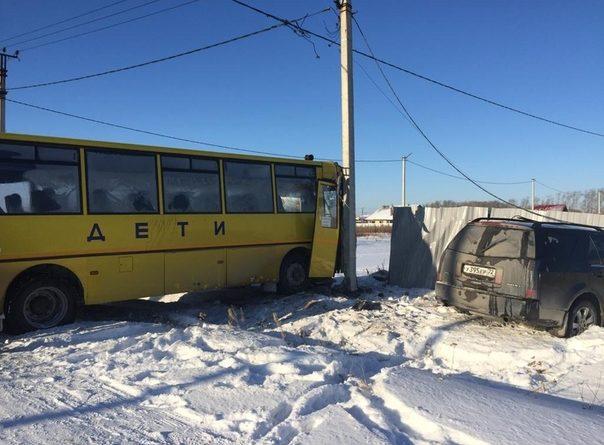 """Под Тюменью после столкновения с """"Кадиллаком"""" школьный автобус с детьми врезался в столб"""