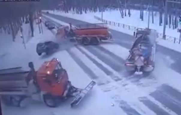 Опубликовано ВИДЕО смертельного ДТП в Тюмени: Nissan влетел в разворачивающийся снегоуборочный КАМАЗ