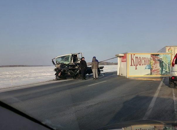 Mercedes разорвало на части, у грузовичка «КБ» оторвало фургон. Жуткое ДТП на трассе Тюмень - Омск