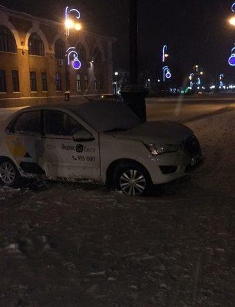 Трех человек переломало в ночном ДТП автомобиля такси в центре Тюмени