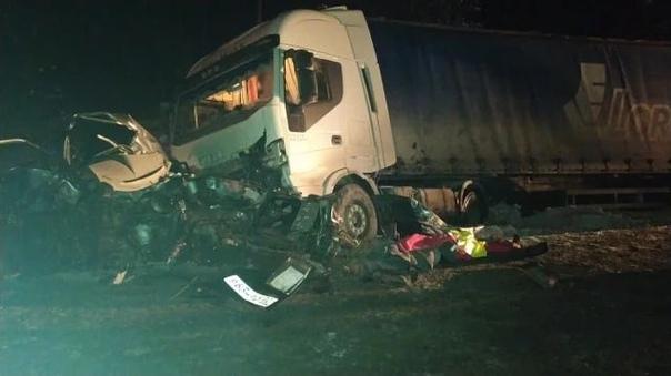 """Трагедия под Заводоуковском: после столкновения две легковушки """"ушли"""" под грузовики"""