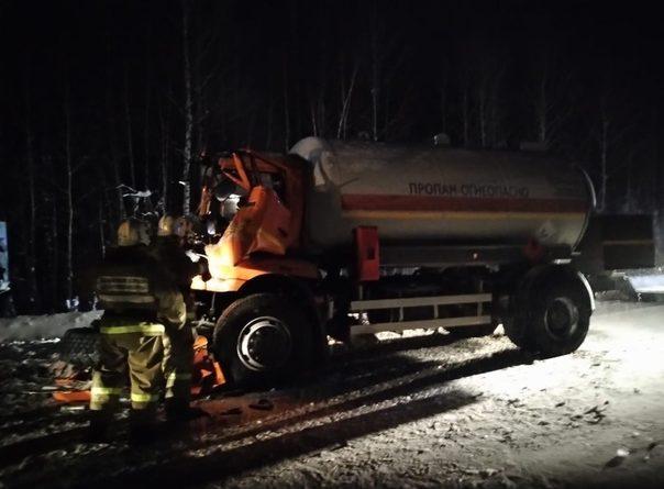 Жуткая авария в Нефтеюганском районе: под Пойковским длинномер пробил кабину бензовоза