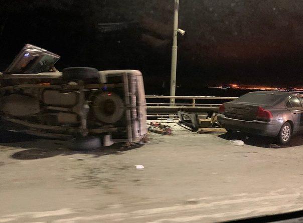 Опубликовано ВИДЕО момента жесткого ДТП на Сургутском мосту, где перевернулся внедорожник
