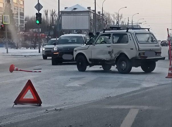 """После ДТП в Тюмени хозяйка Porsche пыталась разбить самокатом лобовое стекло """"Ниве"""""""