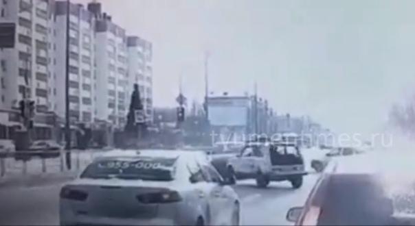 """Опубликовано ВИДЕО момента ДТП на Червишевском, где Porsche Macan протаранил """"Ниву"""""""