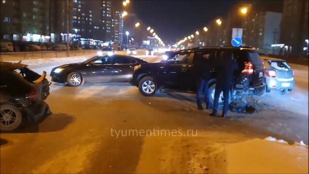 Тюменец ищет очевидцев массового ДТП на Пермякова. ВИДЕО момента аварии