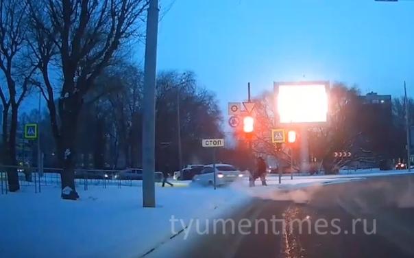 Появилось ВИДЕО момента ДТП на кольце Мельникайте - 50 лет Октября, где легковушка вылетела на тротуар