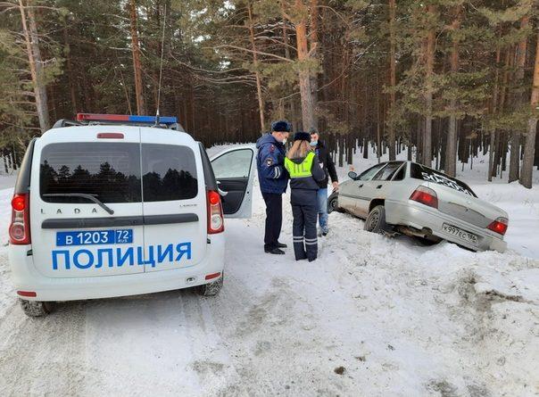 """Бесправный водитель """"Нексии"""" испугался экипажа ДПС и отправил машину в кювет"""