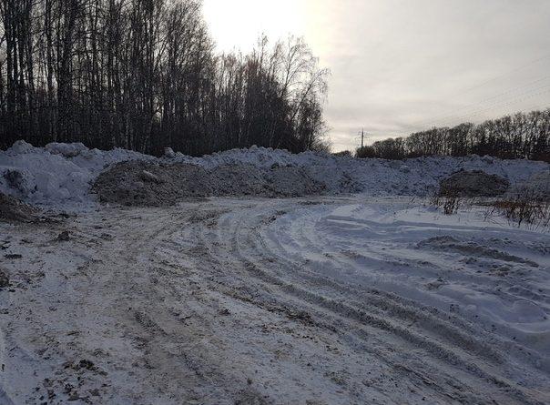 Под покровом ночи самосвалы с выключенными фарами сбрасывают грязный снег на Лесобазе