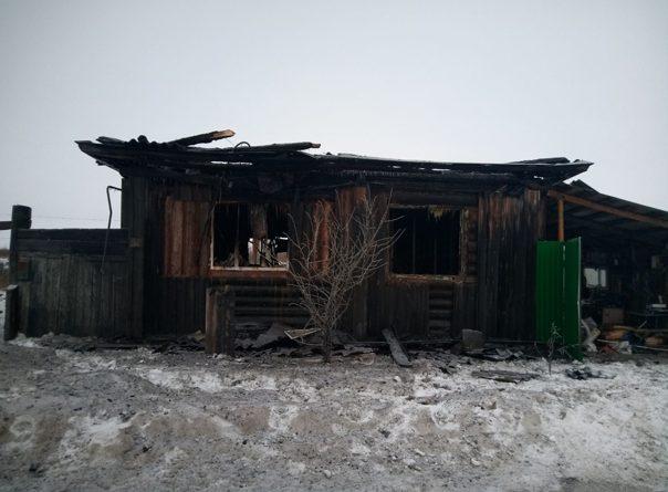 Трагедия в Исетском: соседи вытащили из горящего дома двух детей, но после тушения нашли тело трехлетней девочки