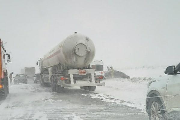 Режим ЧС из-за страшной метели в Челябинской области: на трассах застряли сотни автомобилей