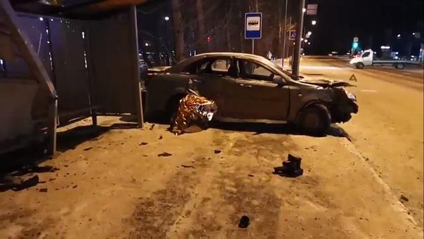 """Легковушка влетела в остановку напротив """"Автограда"""", четверо пострадавших"""