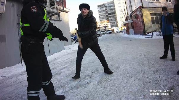 Тюменец с костылем накинулся на полицейскмх. ВИДЕО с ул.Ставропольской в Тюмени