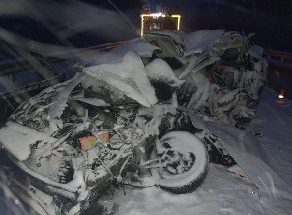 Автомобиль такси залетел под грузовики на трассе Тюмень -Екатеринбург, двое погибших