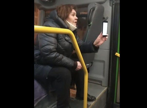 Неадекватная женщина удерживала пассажиров в тюменской маршрутке, требуя найти ее телефон. ВИДЕО