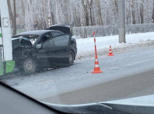Жесткая авария на Республики: легковушка залетела под автобус, водитель погиб