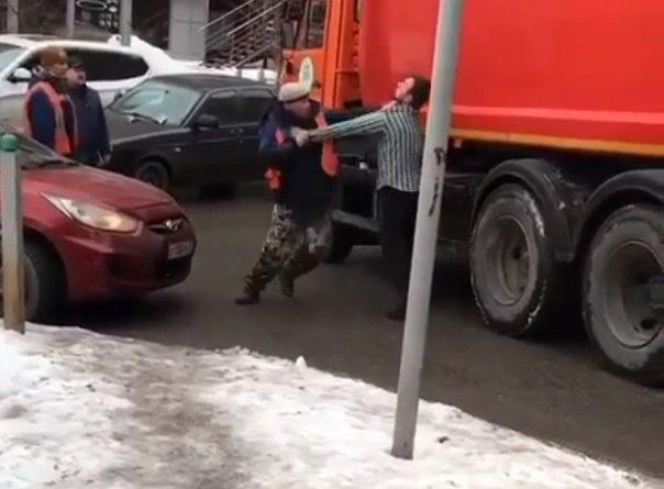 В Тюмени подрались водители легковушки и мусоровоза. ВИДЕО конфликта