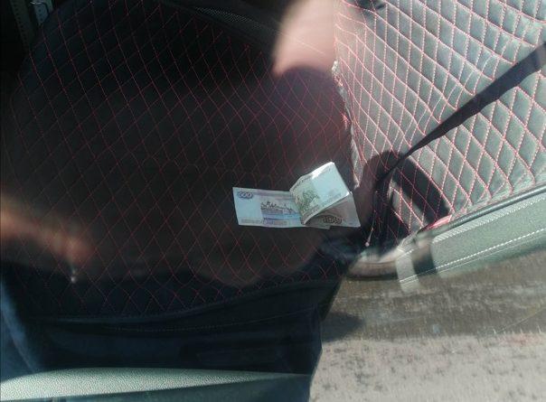 В Тюмени водитель попытался дать взятку инспекторам в сумме тысячи рублей