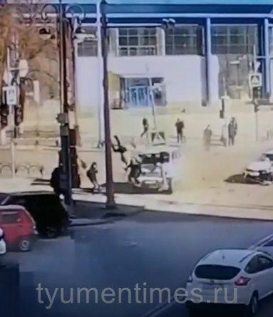 Пешеходов подкинуло вверх на несколько метров. ВИДЕО момента жесткого ДТП в центре Тюмени