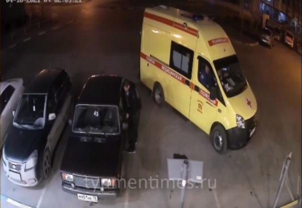 """Наглый """"автограбитель"""" вскрыл машину прямо на глазах сотрудников скорой"""