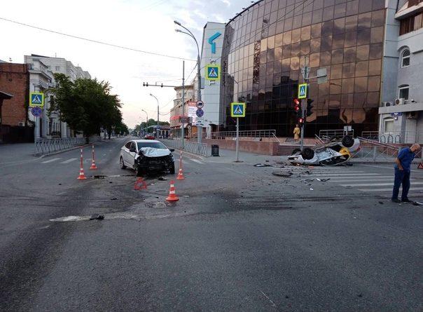 Четыре пассажира такси пострадали в утренней аварии с перевертышем в Тюмени