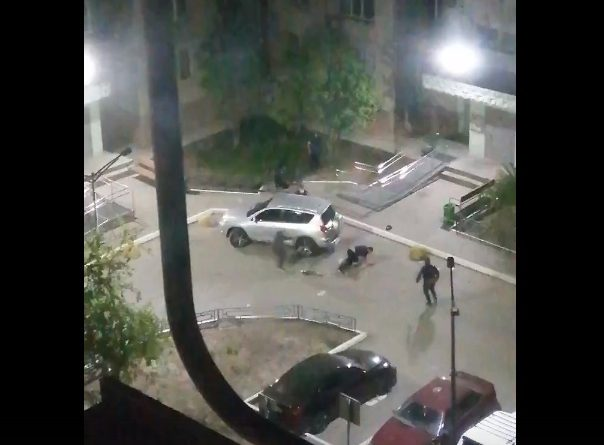 С ножами, битами и огнестрелом. Ночная стрельба на Обороне в Тюмени попала на ВИДЕО
