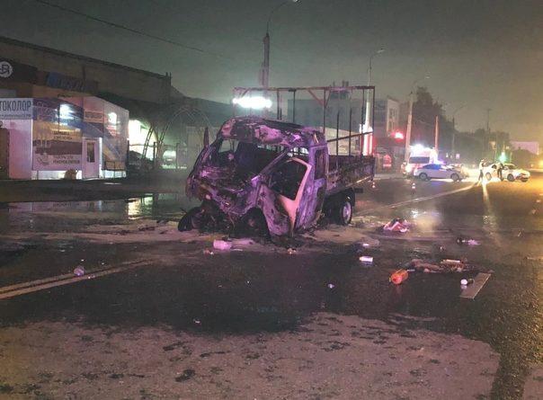 """В Тюмени """"Газель"""" врезалась в автобус, взорвалась и сгорела. Сгорели два человека, еще трое госпитализированы"""