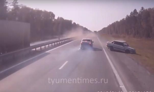 """Под Тугулымом неадекват на """"пятнашке"""" несся по встречке, врезался лоб в лоб в «Škoda» и вылетел в кювет"""