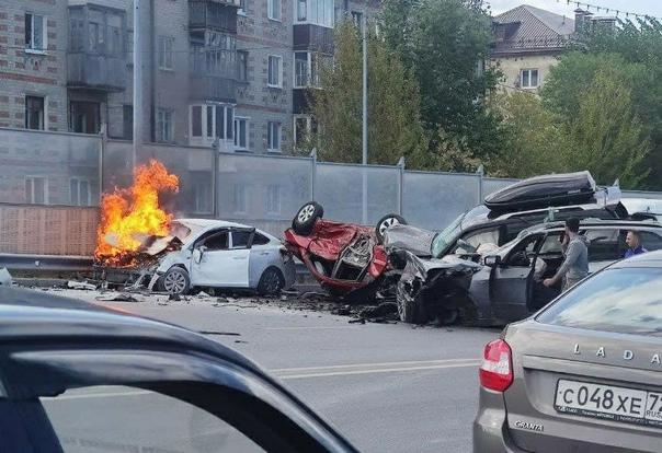"""Жуткая авария на Стреле: """"месиво"""" из пятя автомобилей, один сгорел"""