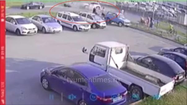 Байкер влетел в поворачивающее налево авто. ВИДЕО с камеры наблюдения в Тюмени