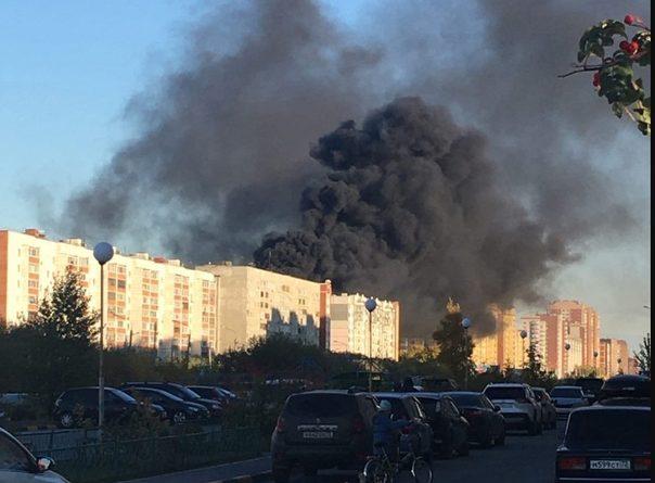 Крупный пожар в Тюмени: полыхала крыша девятиэтажки. ВИДЕО очевидцев